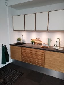 Uniform køkken i showroom hos Byggefirmaet Keld og Johs.