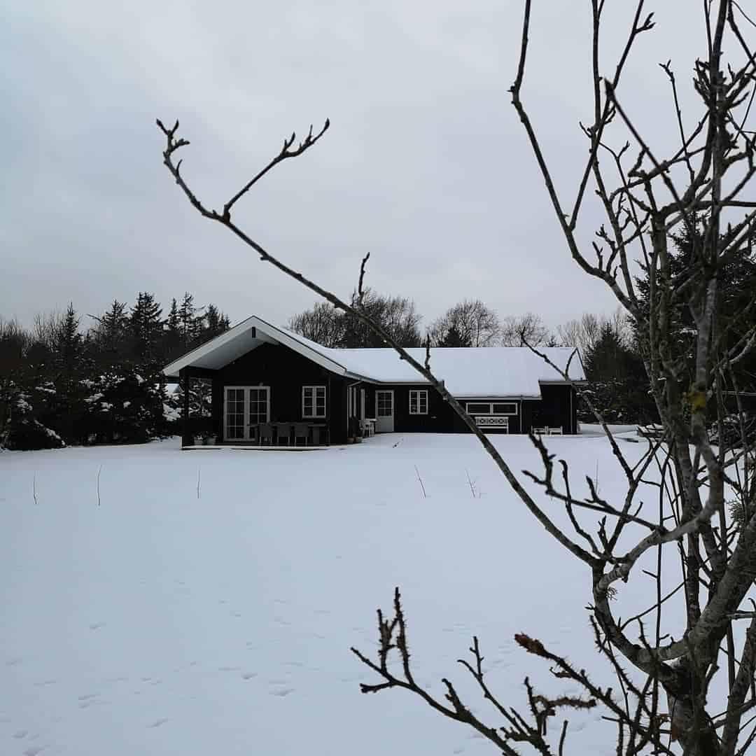 Sommerhuse klædt i hvidt.